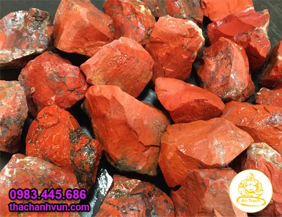 Thạch anh đỏ hay ngọc bích đỏ là một trong các loại đá quý được mài bóng được dùng cho người có mệnh Hỏa, được dùng kết hợp với các mầu sắc khác theo ngũ hành để có tác dụng tăng địa khí giải trừ tà khí, với mầu sắc khá đẹp có thể dùng trang trí chậu cây cảnh, bể cá, bàn làm việc...